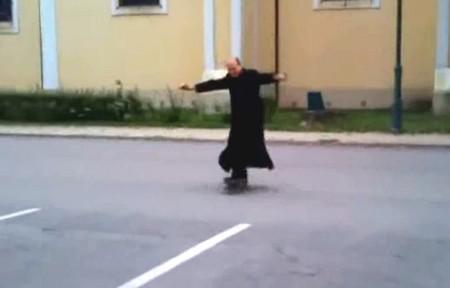 Maďarský kněz předvádí triky na skateboardu