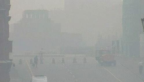 Rudé náměstí zahalil dým a smog