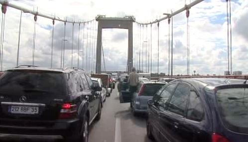 Vystěhovaní Romové zablokovali most v Bordeaux