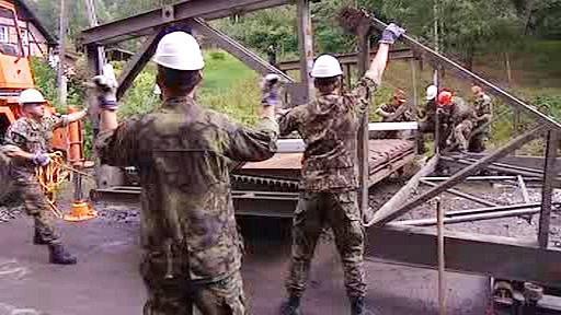 Vojáci instalují provizorní most