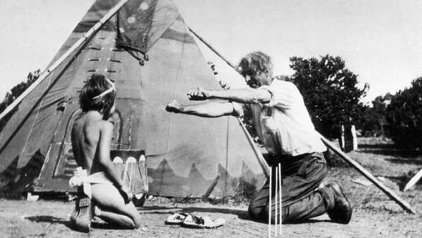 Seton hraje mokasínovou hru se svojí adoptivní dcerou Dee v Seton Willage