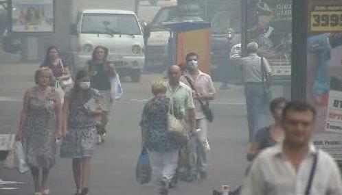 Moskvané se chrání před smogem rouškami