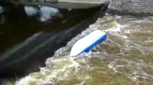 Převržená kanoe pod jezem v Tuněchodech