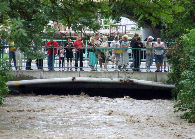 Rozvodněný Jílovský potok v Děčíně