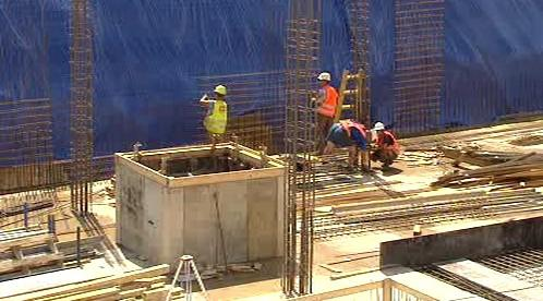 Dělníci staví základy vědeckotechnického parku