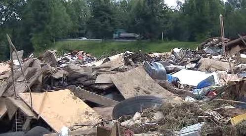 Po záplavách zůstaly hromady odpadků