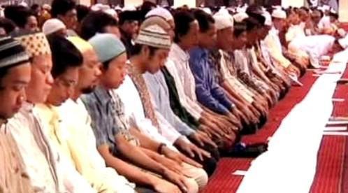 Muslimové při modlitbě