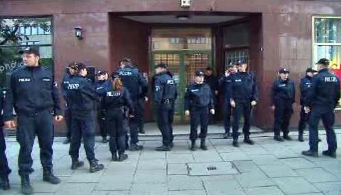 Policie před zavřenou mešitou v Hamburku
