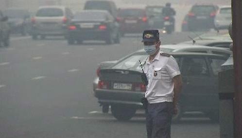 Moskevská policie se kvůli smogu bez roušek neobejde