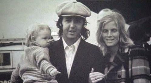 Paul McCartney na letišti Heathrow