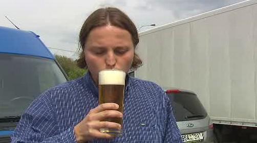 Řidič popíjí pivo