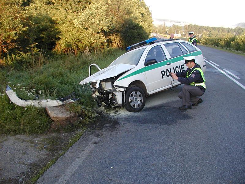 Havarované policejní vozidlo