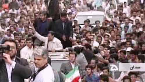 Mahmúd Ahmadínežád v cestě na stadion v Hamadánu