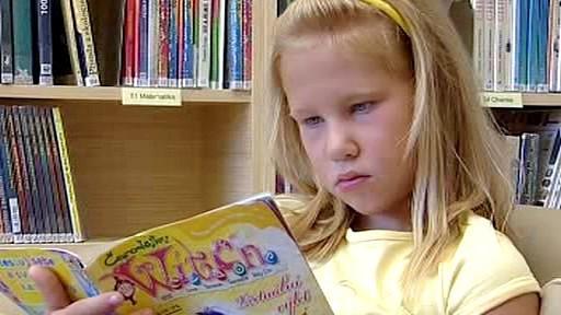 Mladá čtenářka v lounské knihovně
