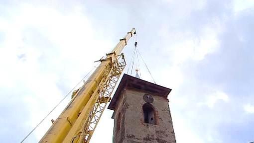 Usazování střechy kostelní věže