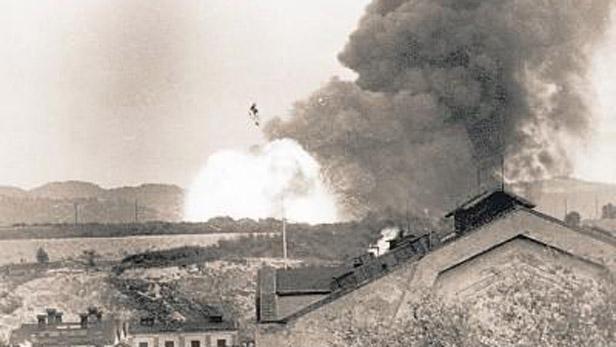 Pohled na výbuchy z oken Schichtových závodů
