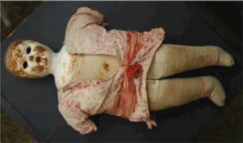 Panenka dítěte zadržovaného v koncentračním táboře