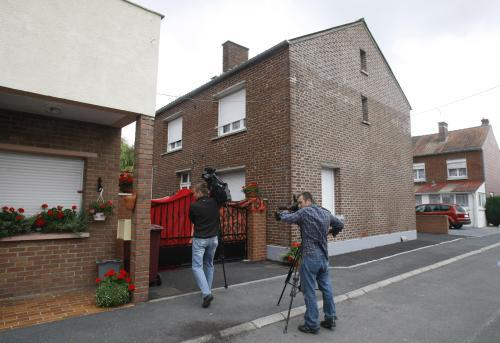 Reportéři před domem, kde se našli mrtví novorozenci