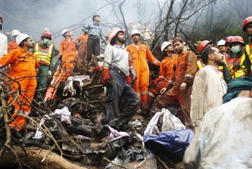 Záchranáři prohledávají trosky letadla
