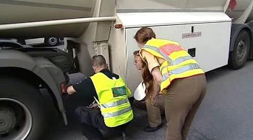 Policisté kontrolují kamion