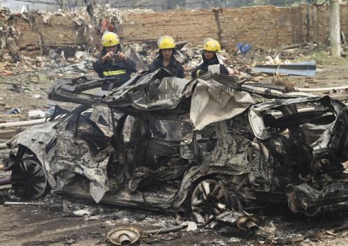 Automobil zdevastovaný výbuchem továrny na plasty