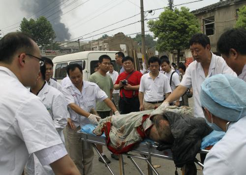 Záchranáři odvážejí zraněného cestujícího