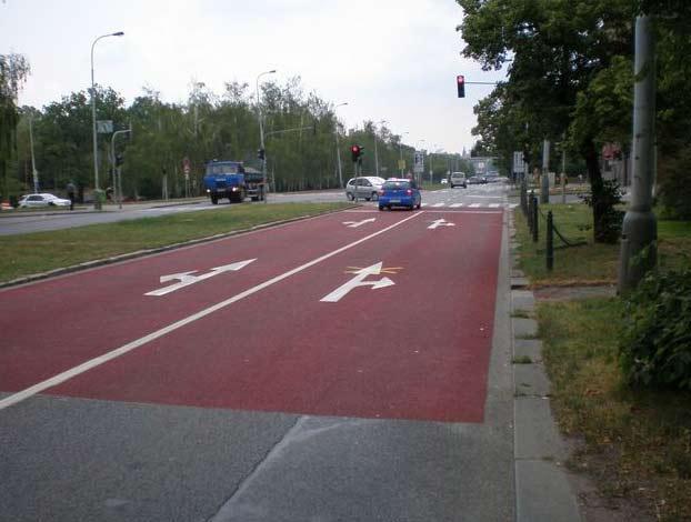 Červený bezpečnostní pruh před přechodem