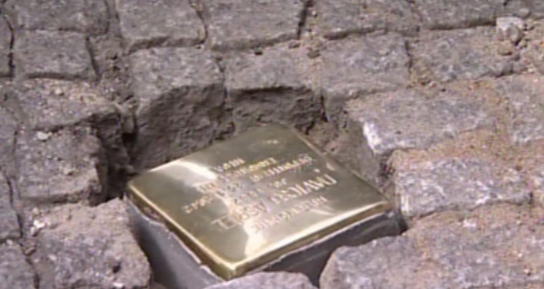 Pozlacené dlažební kostky připomínající oběti holokaustu