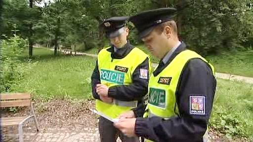 Policie prohledává parky a opuštěná místa