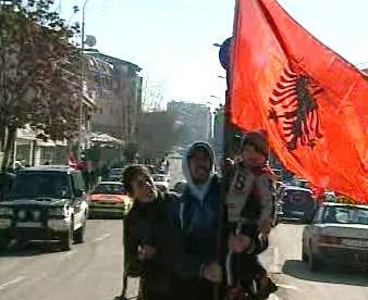 Kosovští vlastenci s vlajkou