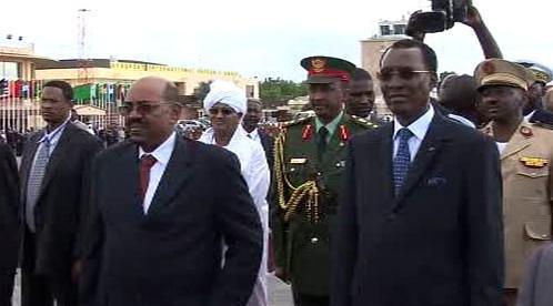 Umar Bašír (vlevo) na návštěvě Čadu
