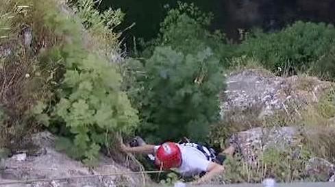 Nevidomý horolezec Jan Říha zdolává stěnu Macochy