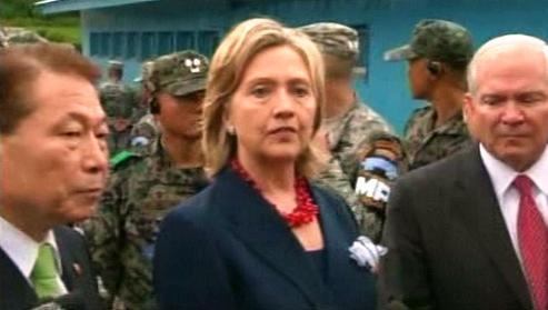 Robert Gates a Hillary Clintonová v demilitarizovaném pásmu mezi Korejemi