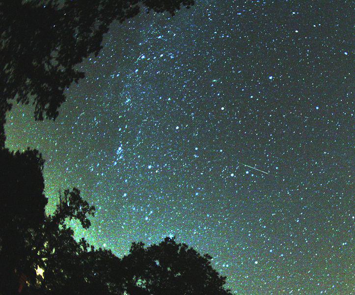 Perseidy na noční obloze
