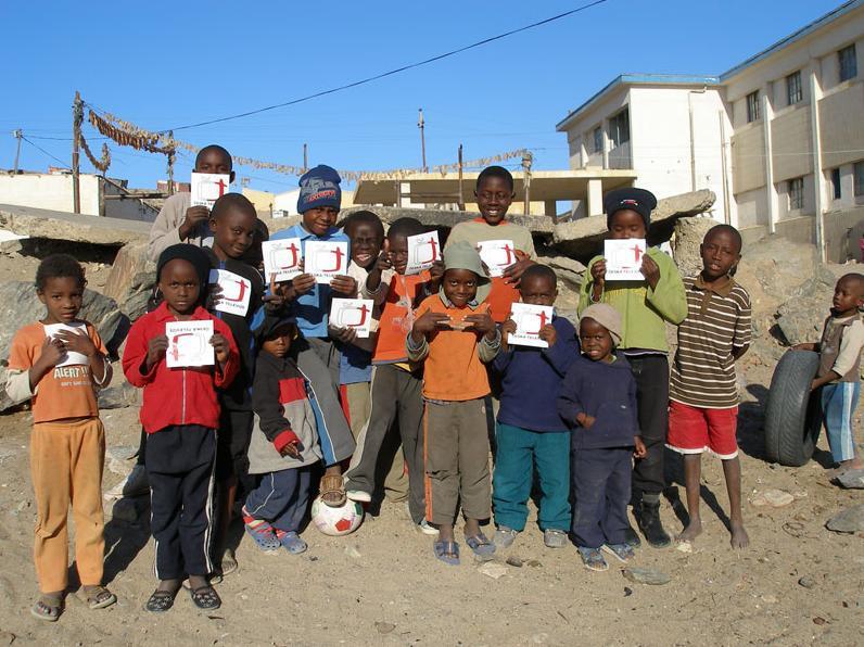 Děti ze slumu postiženého HIV v Namibii