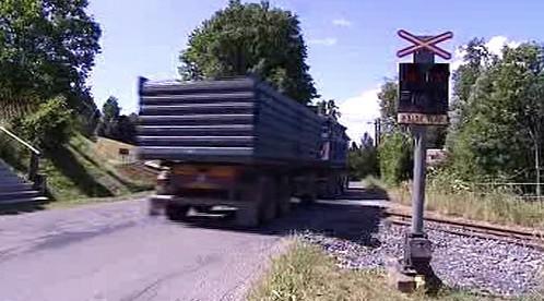 Kamion na železničním přejezdu