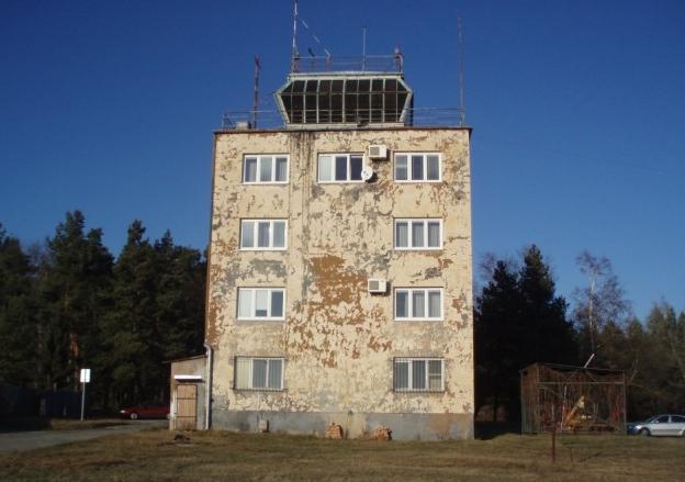Zchátralá letištní věž