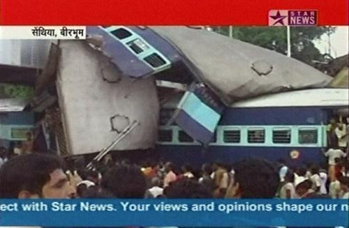 První záběry zdemolovaných vlaků