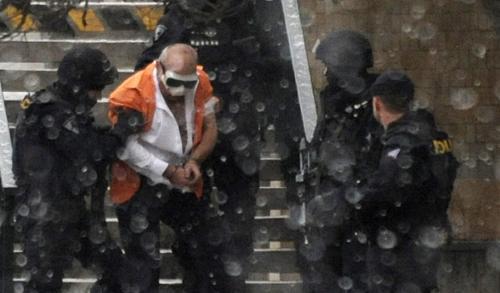 Policisté vyvádějí lupiče