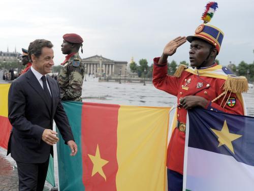 Prezident Sarkozy se zdraví s konžskými vojáky