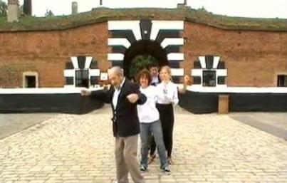 Tanec před táborem v Terezíně