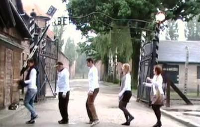 Tanec před táborem v Osvětimi