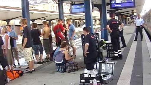 Studenti čekají na nástupišti na další vlak