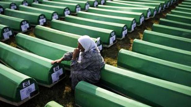 Rakve s oběťmi masakru ve Srebrenici