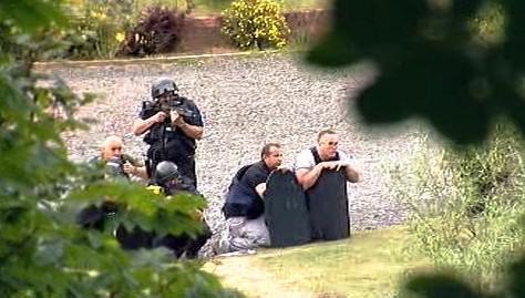 Policie obklíčila Moata na břehu řeky