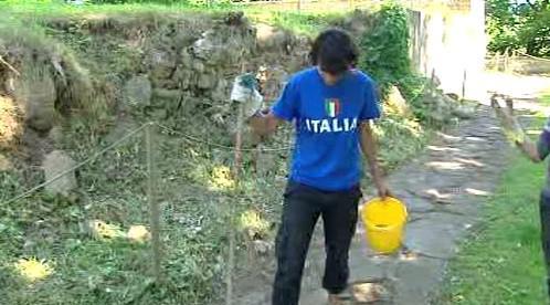 Zahraniční dobrovolník při úklidu