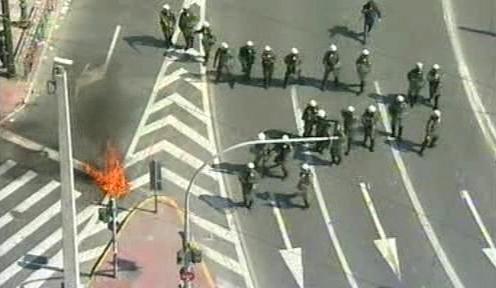 Policie udržující pořádek při stávkách