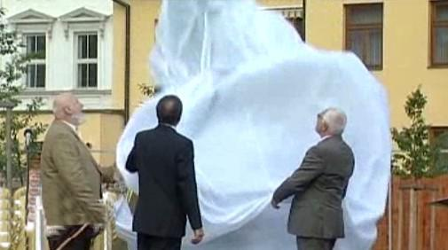 Jan Koblasa a Václav Klaus odhalují sochu Gustava Mahlera