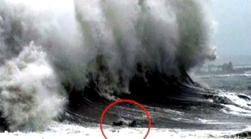 Loď pod obří vlnou
