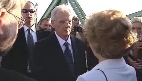 László Sólyom na mostě mezi Komárnem a Komáromem